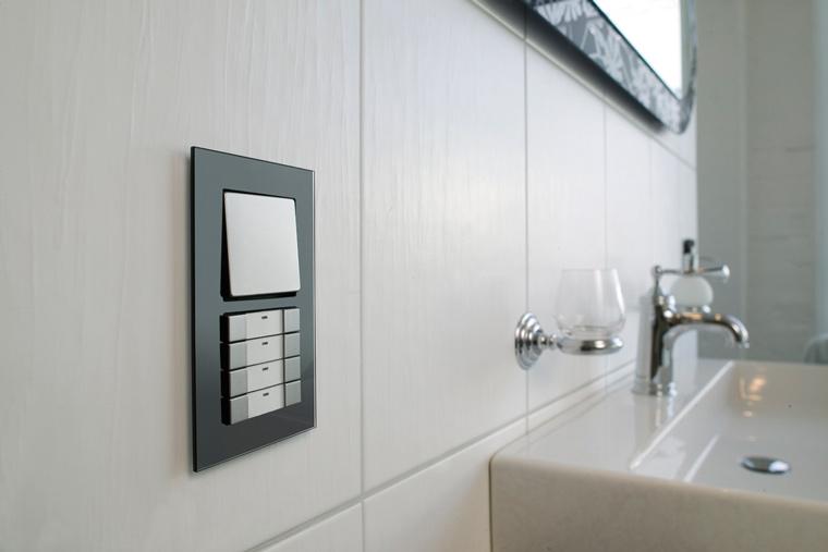 Schalter und Bedienungen im Badezimmer